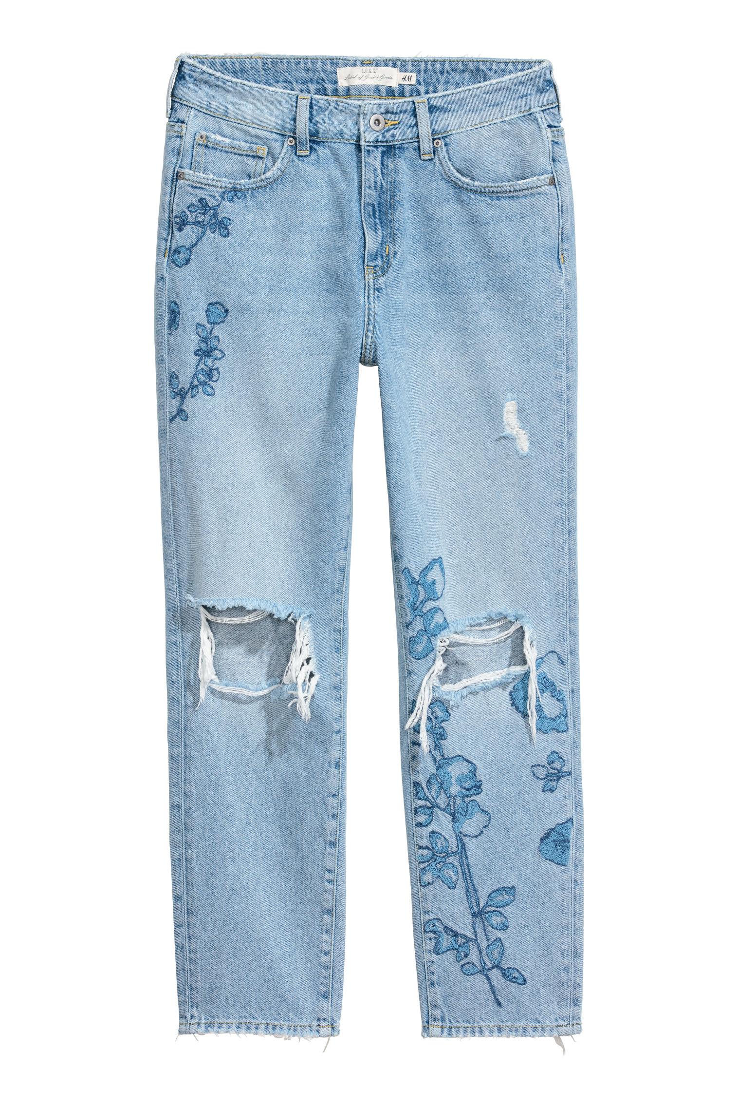 4cedc755f396 Mix and match  tessuto strappato dal sapore rock e romantici ricami  caratterizzano i jeans a 5 tasche in denim lavato (39