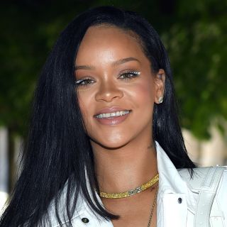 Il beauty look total white di Rihanna da Vuitton