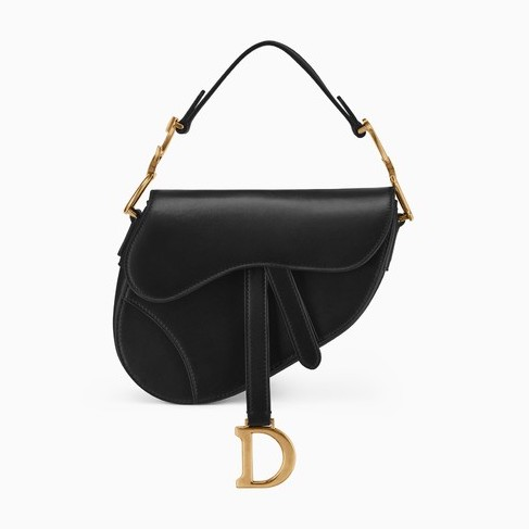 369b849f18 Dior: mini borsa Saddle in pelle di vitello nera. Disponibile anche in rosa  e in rosso. Può essere completata con tracolla in tela (2.000 euro).