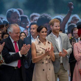 Meghan Markle torna in rosa cipria per l'omaggio a Mandela