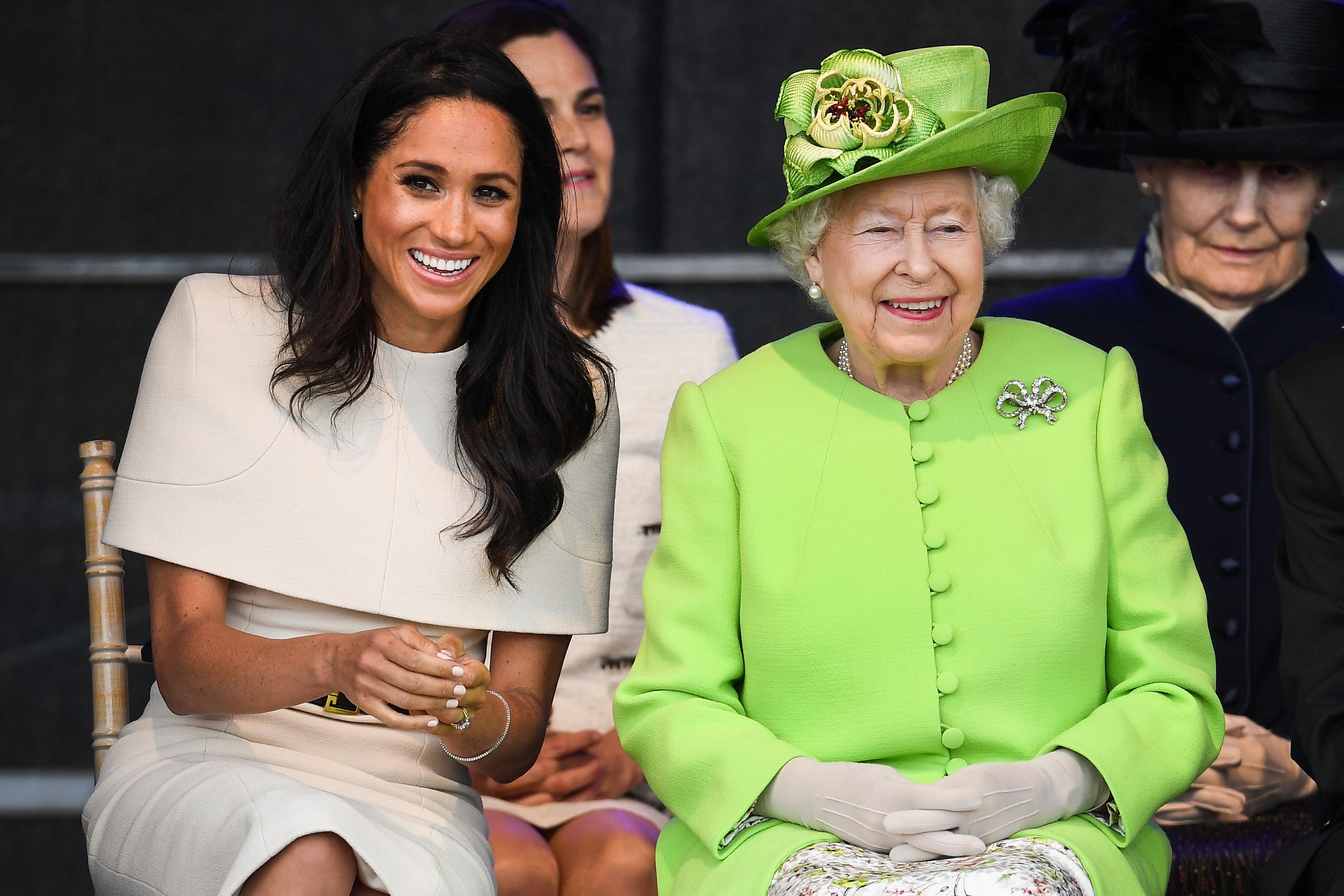 La regina Elisabetta II in aiuto di Meghan Markle per risolvere i suoi problemi a corte