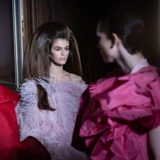 Pink mania: il look di Kaia Gerber per Valentino