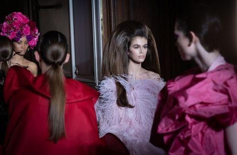 Kaia Gerber capelli e abito a tutto volume per la sfilata Valentino