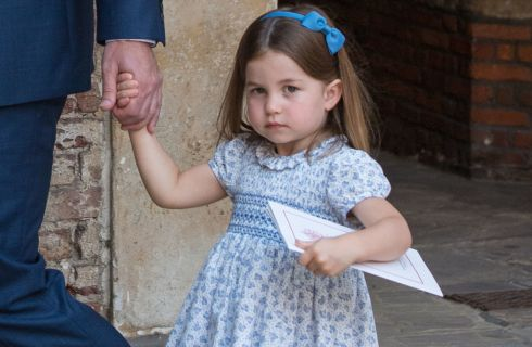 La principessa Charlotte ricorda ai fotografi che non sono invitati al party per il battesimo di Louis