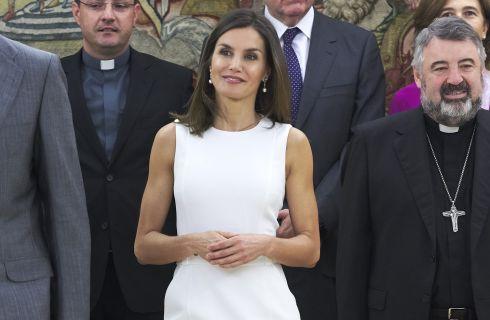 Letizia Ortiz regina di stile con il tubino bianco Boss
