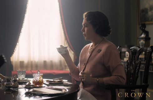 The Crown 3: la prima immagine di Olivia Colman nel ruolo della Regina Elisabetta II