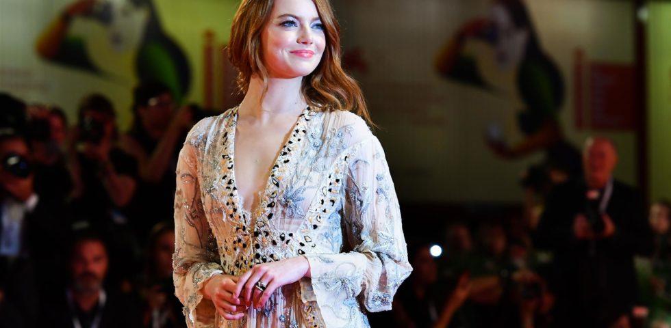 Venezia 75: i look sul red carpet di Emma Stone e Olivia Colman