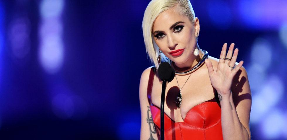 Lady Gaga con la borsa Céline disegnata da Hedi Slimane