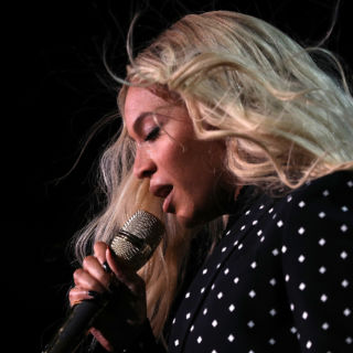 Beyoncé: total look Burberry by Riccardo Tisci