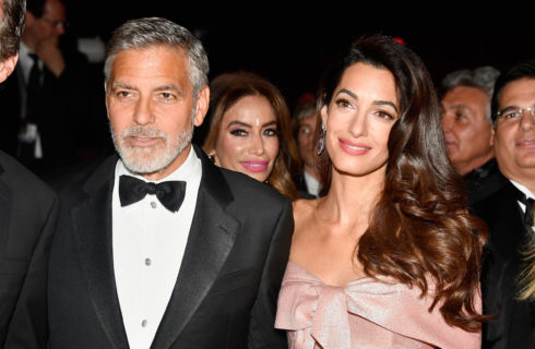 Amal Clooney premiata con il Global Citizen of the Year risplende accanto a George