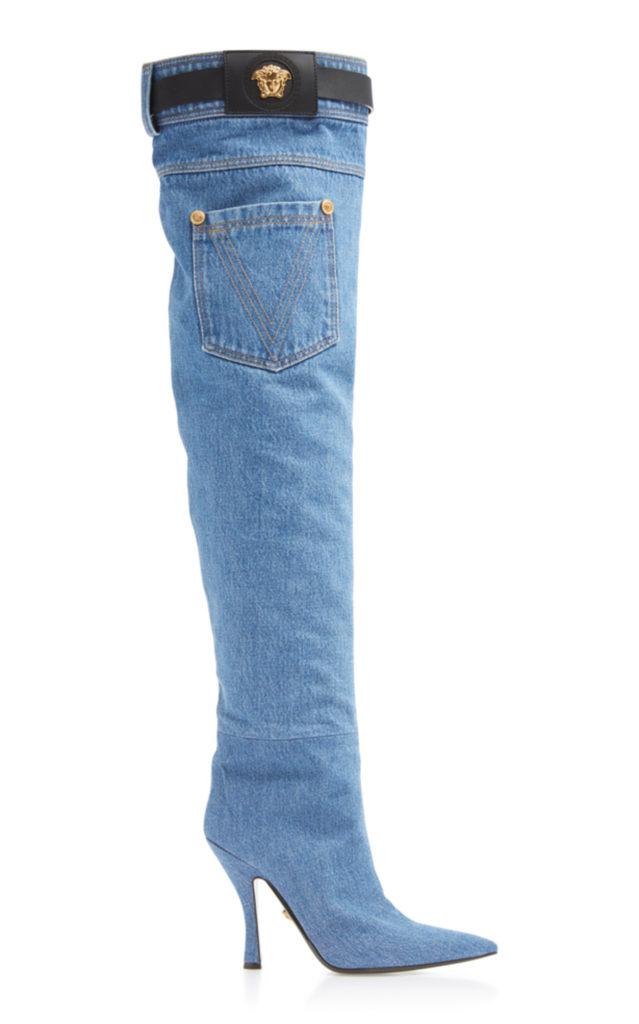 Versace sono stivali overknee realizzati interamente in denim con  passanti per la cintura di pelle nera, con posteriore fornito anche di  tasca,