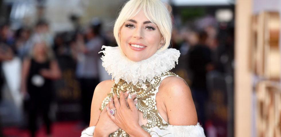 Lady Gaga in Alexander McQueen per la première di A Star is Born a Londra