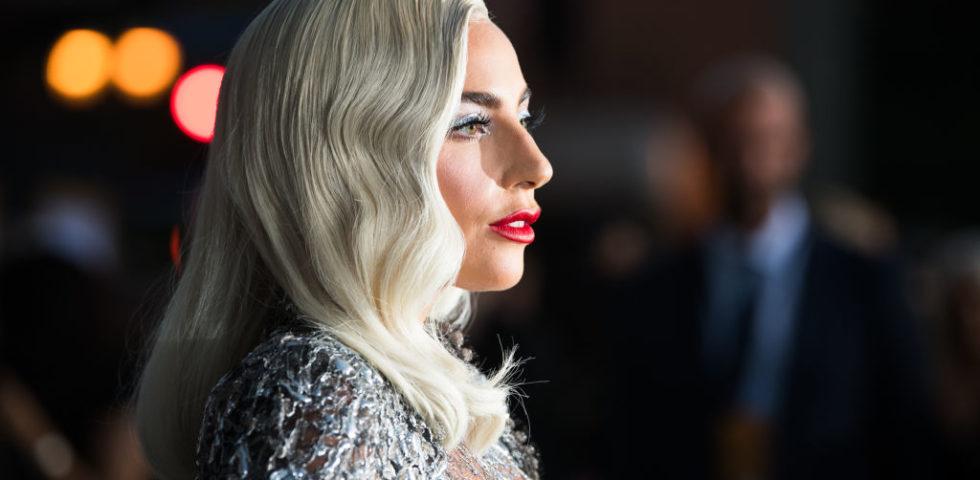 Il beauty look di Lady Gaga per il red carpet di A Star is Born a Los Angeles