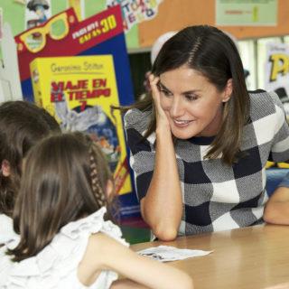 Letizia Ortiz: casual look per portare le figlie a scuola