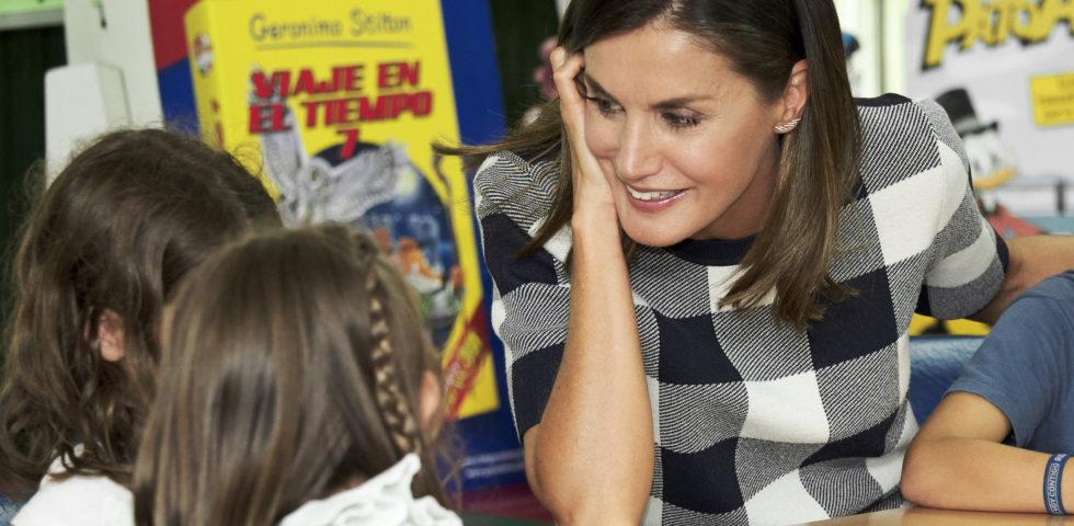 Letizia Ortiz: casual look per accompagnare le figlie a scuola