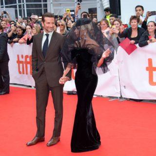 Lady Gaga mano nella mano con Bradley Cooper