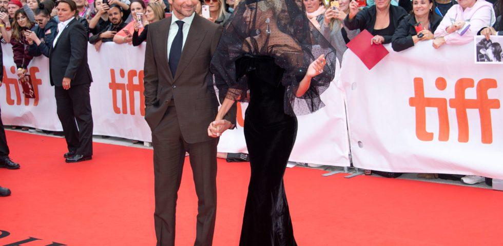Lady Gaga mano nella mano con Bradley Cooper alla première di A Star is born