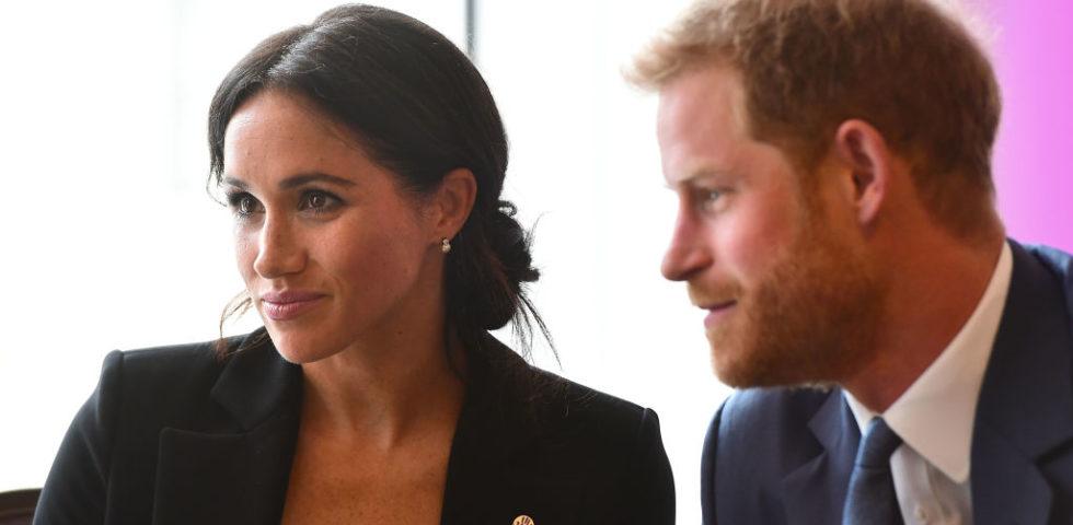 Meghan Markle abbina lo smoking Altuzarra con gli orecchini della regina Elisabetta