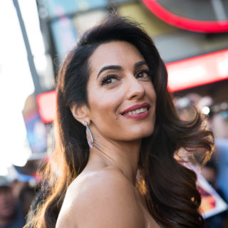 Amal Clooney: outfit a pois bianchi e neri alla Jackie O