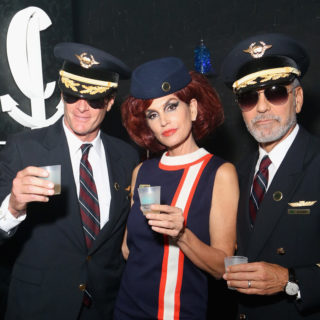 Clooney e Cindy Crawford: pilota e hostess per Halloween
