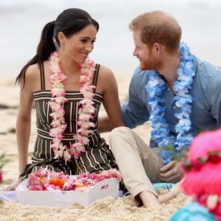 Meghan Markle e Harry scalzi sulla spiaggia di Bondi Beach