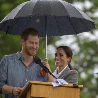 Meghan e Harry romantici sotto la pioggia