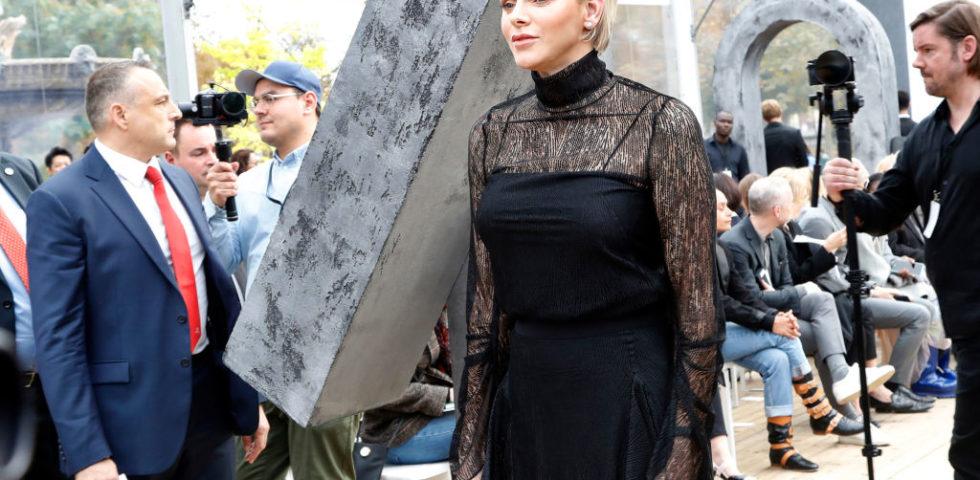 Charlène di Monaco alle sfilate di Parigi con un look in pizzo trasparente