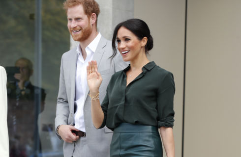 Il look di Meghan Markle durante la visita in Sussex