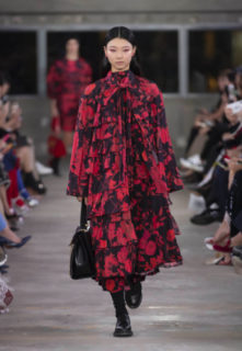 Valentino sfila a Tokyo, le foto della collezione pre fall 2019