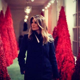 Melania Trump: alberi rossi alla Casa Bianca per Natale