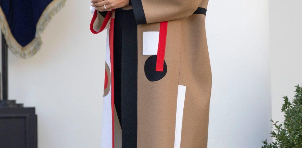 Melania Trump criticata per il cappotto Dior indossato per la cerimonia del giorno del Ringraziamento