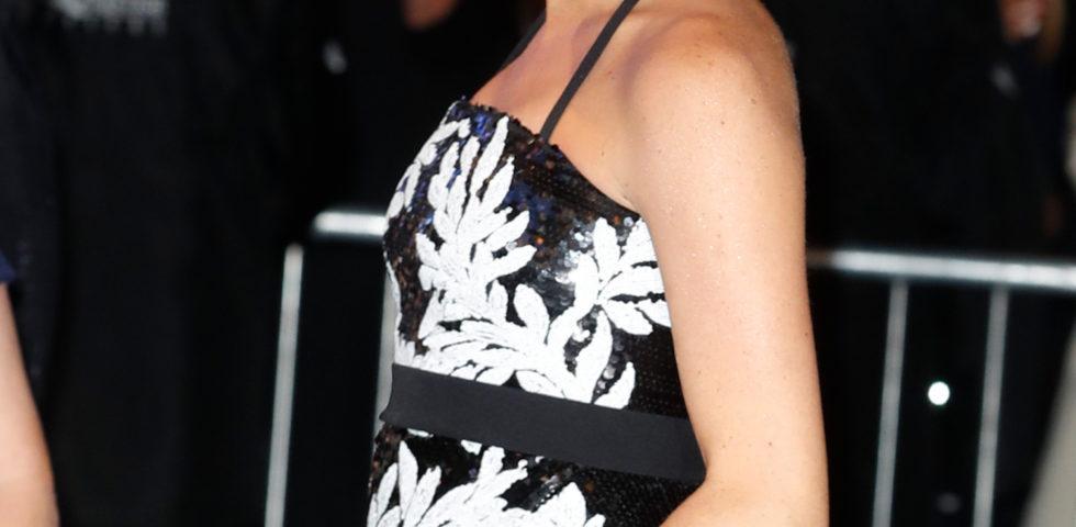 Meghan Markle, abito da sera con pancino in mostra per l'incontro con i Take That