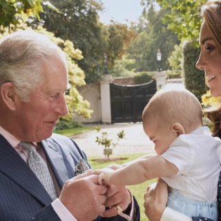 Kate: il tenero scatto con Louis e il principe Carlo