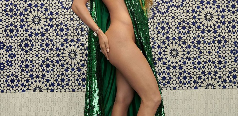 Jennifer Lopez posa (quasi) nuda a 49 anni per InStyle