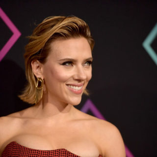 Scarlett Johansson in Versace ai People's Choice Awards