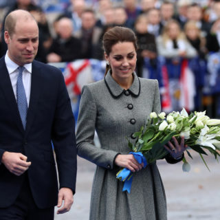 Kate in grigio, look da Regina