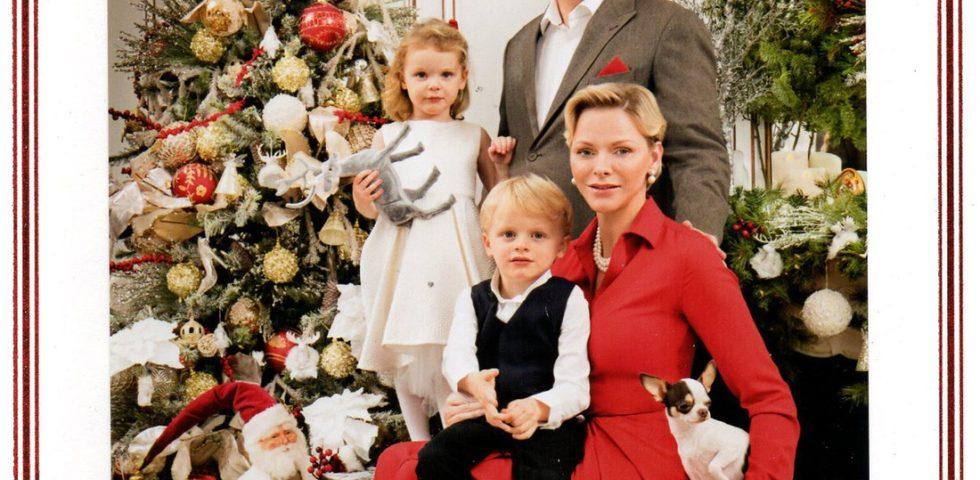 Charlene di Monaco look vintage per la foto di Natale con i gemelli e Alberto
