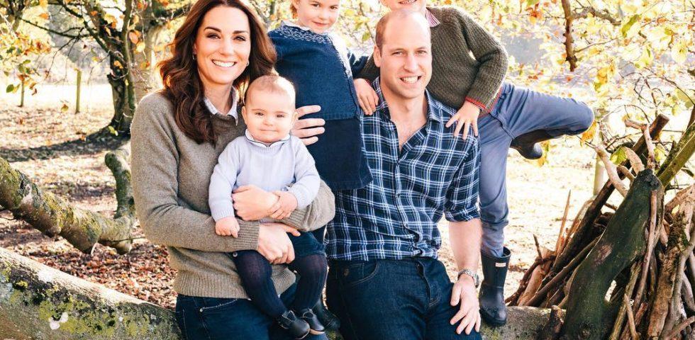 Il Principe Louis protagonista con Kate Middleton nel ritratto di Natale della Royal Family