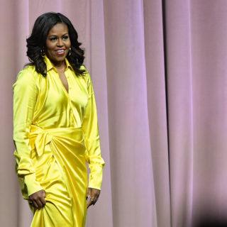 Michelle Obama sfida la moda con gli stivali olografici