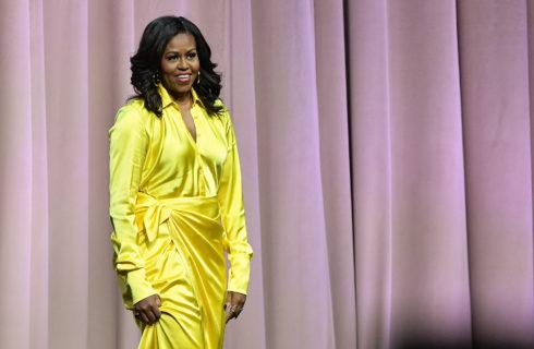 Michelle Obama: stivali Balenciaga da 4mila dollari per presentare il suo libro