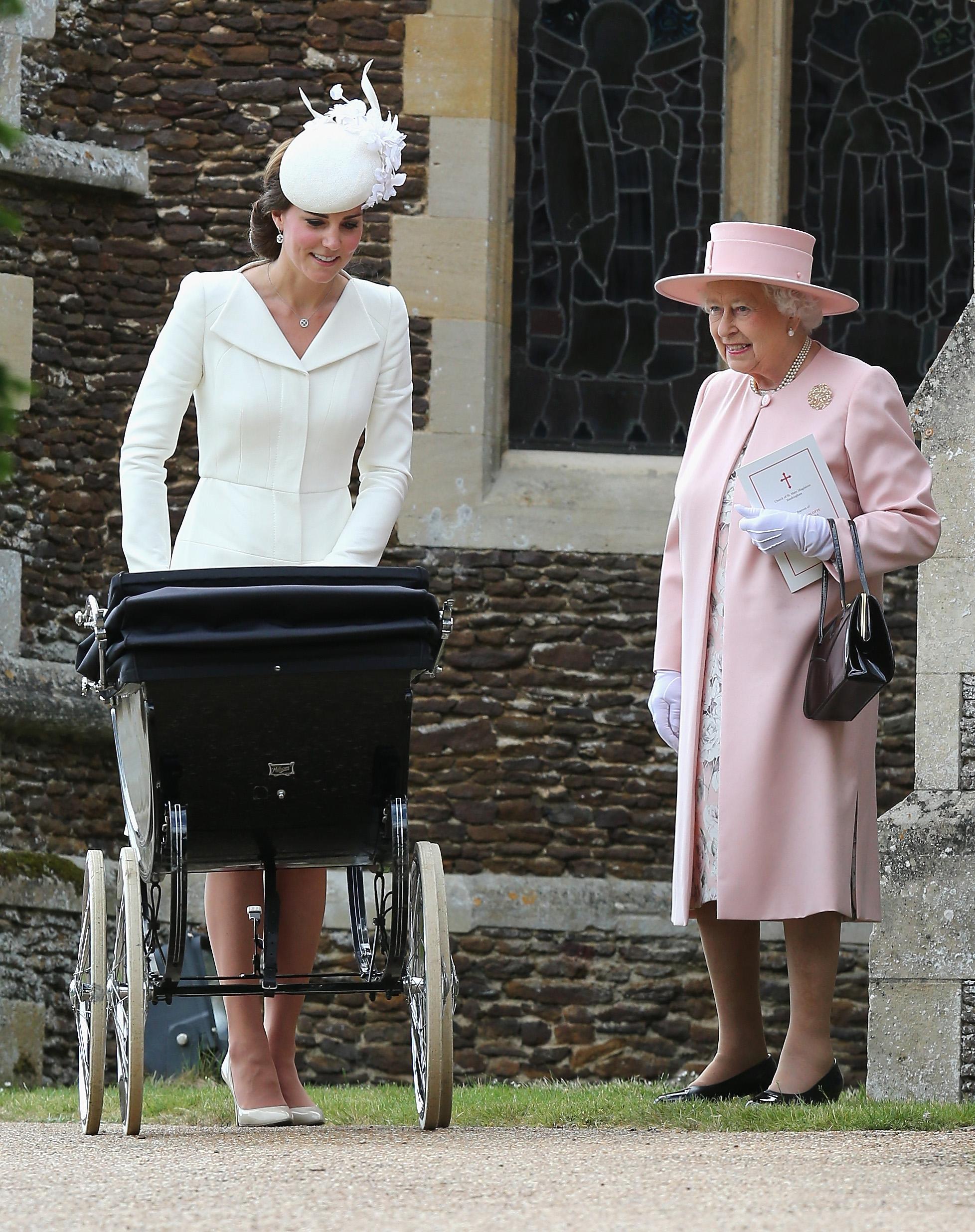 Kate Middleton arriva a Palazzo per un tè con la Regina senza autista.