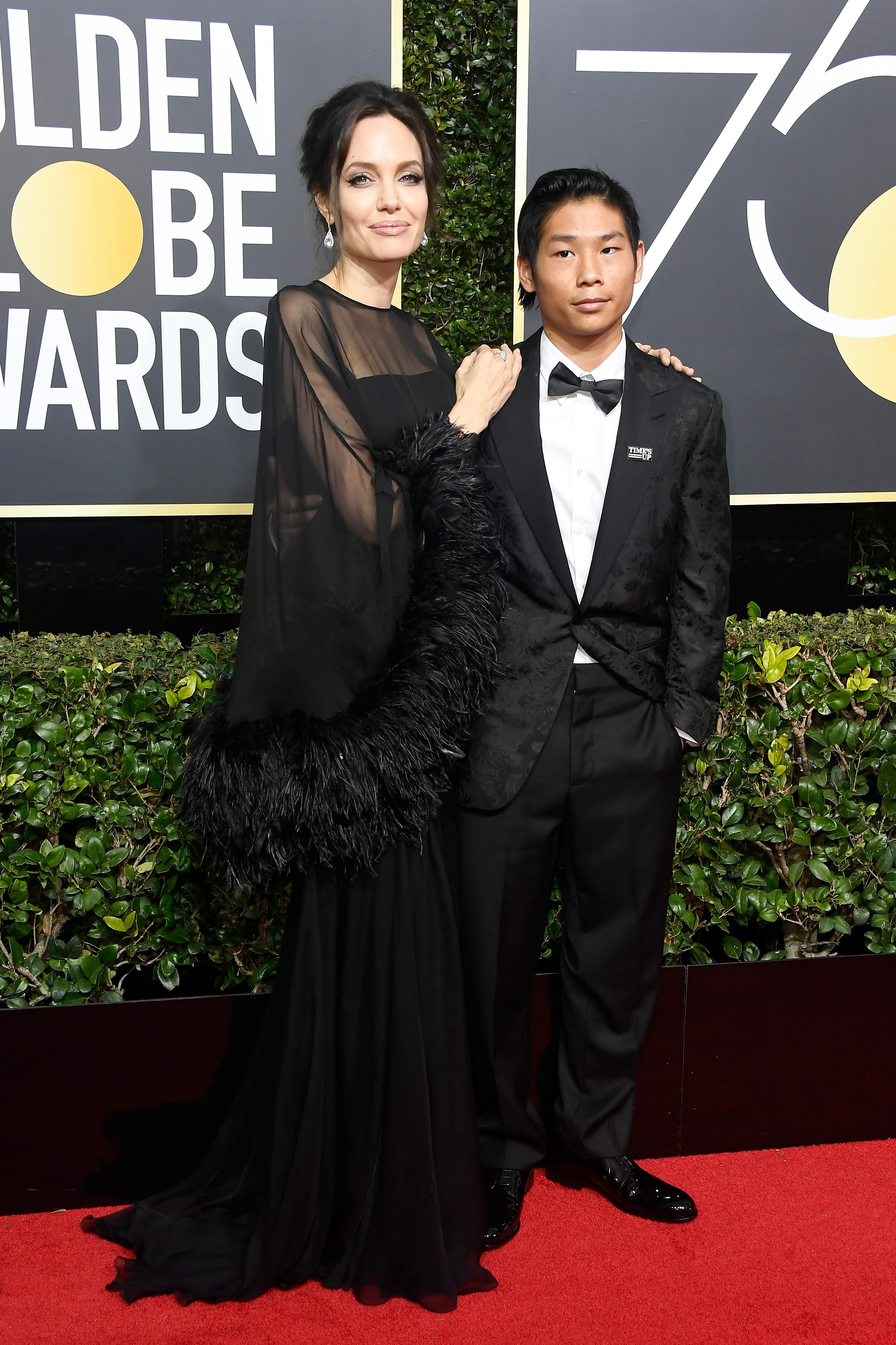 Angelina Jolie ha raccontato al figlio che Brad Pitt non voleva adottarlo.