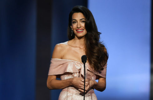 Amal Clooney supermamma con i gemelli a New York (video)