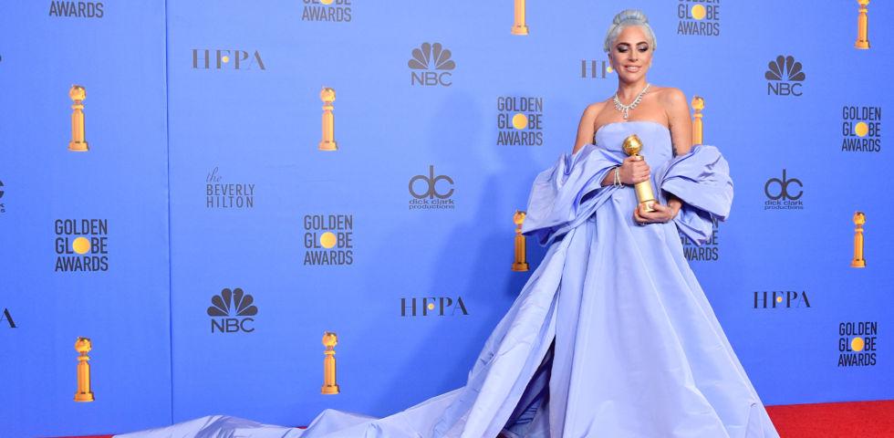 Lady Gaga: nuda nel letto con la statuetta dei Golden Globe 2019