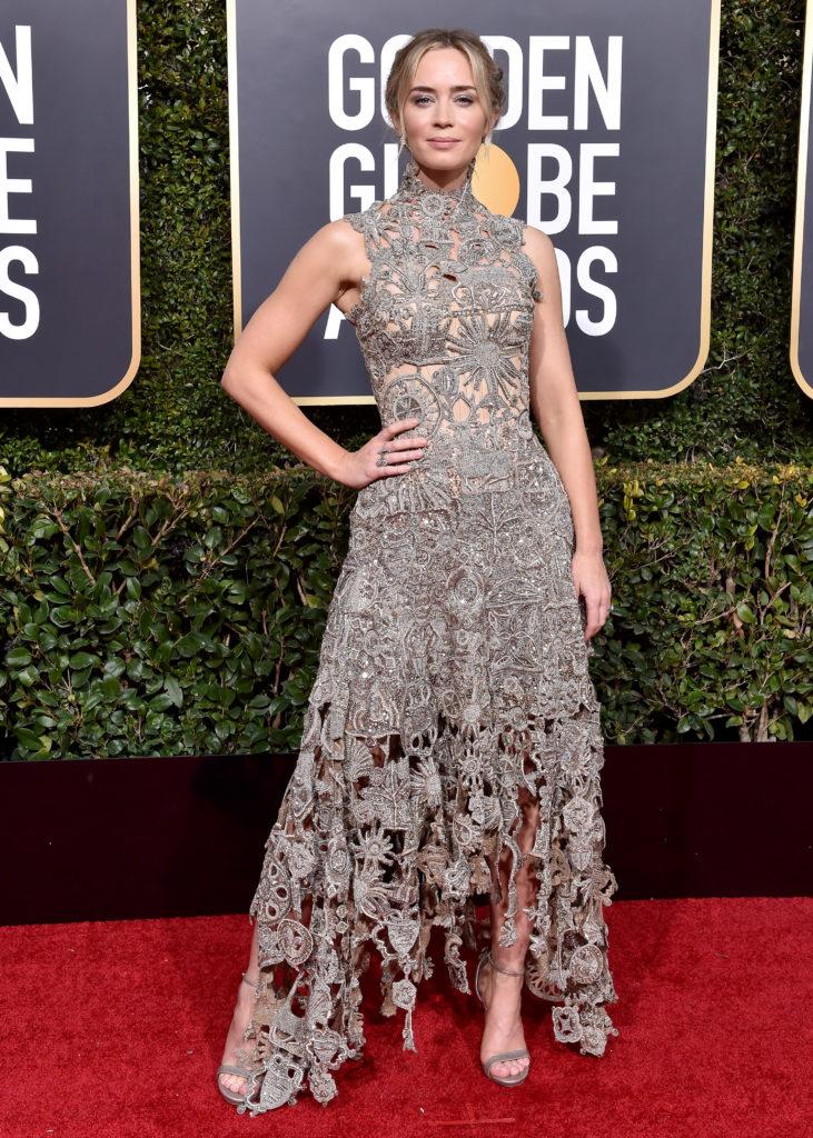 Emily Blunt in abito grigio e argento di Alexander McQueen