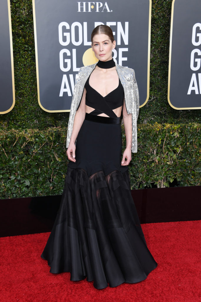 Rosamund Pike in abito nero di Givenchy
