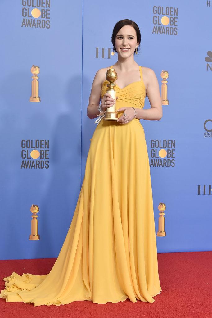 Rachel Brosnahan in abito giallo di Prada