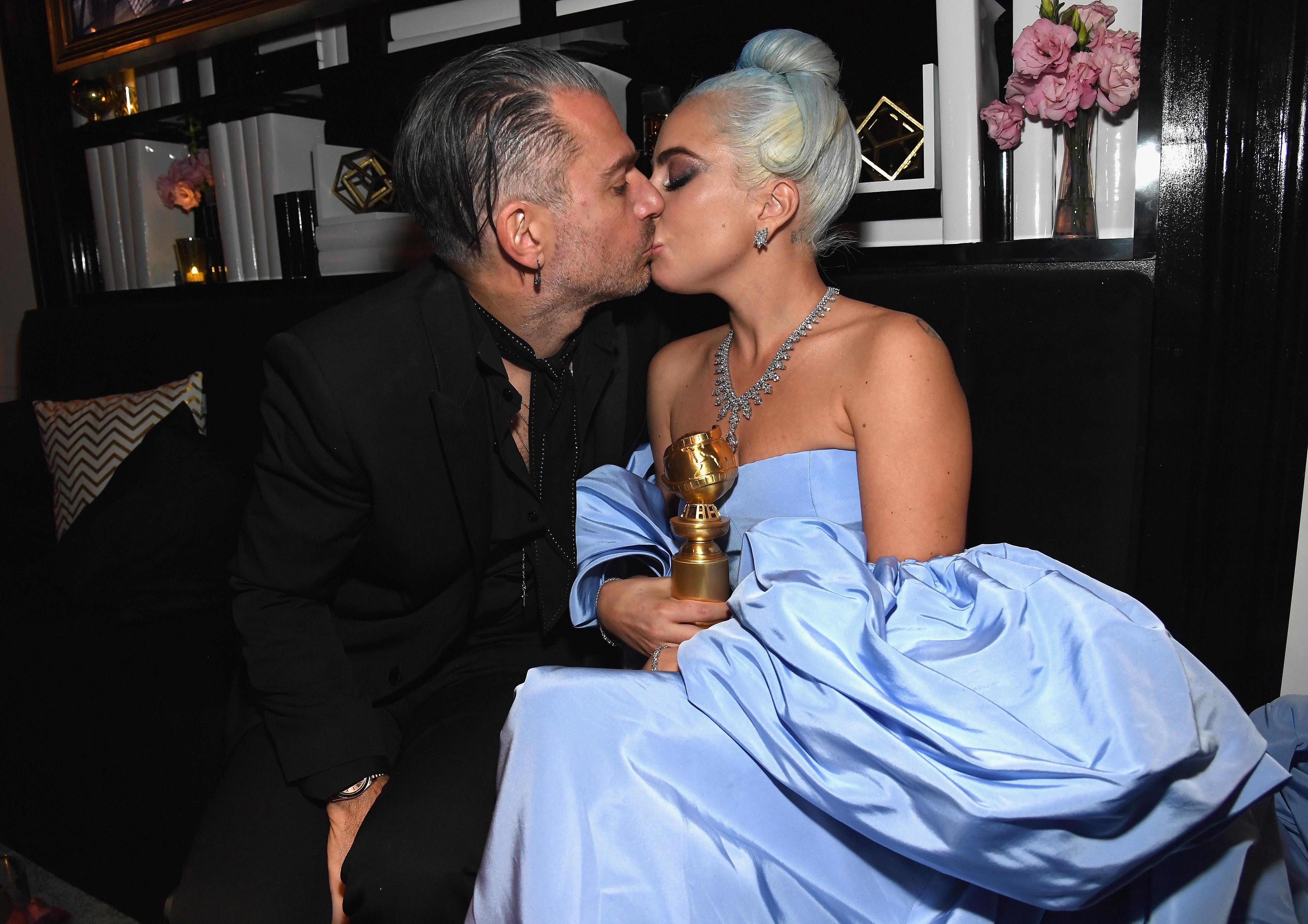 Lady Gaga festeggia con il futuro marito il suo premio