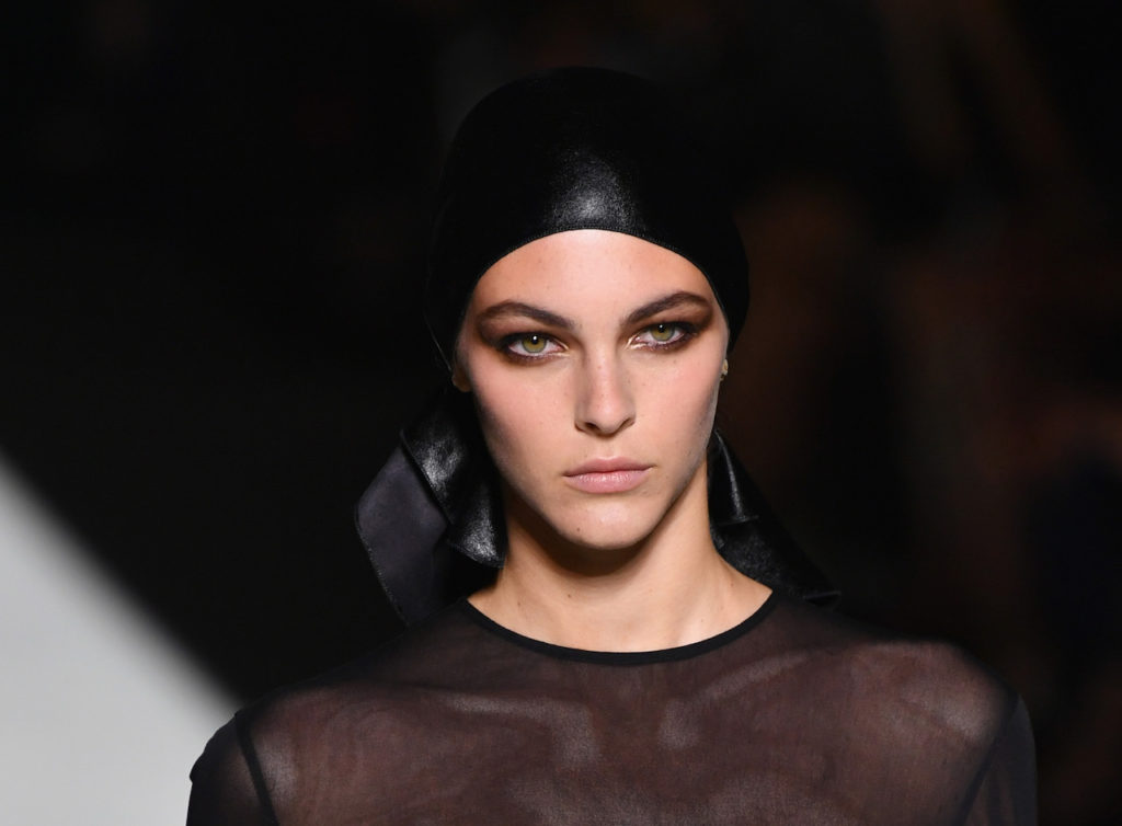 La modella italiana Vittoria Ceretti con foulard nero e make-up definito da Tom Ford