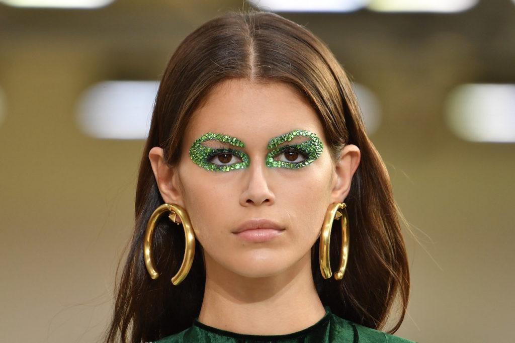 Glitter verdi per il trucco occhi di Kaia Gerber da Valentino
